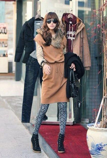 长款驼色马甲式连衣裙与打底裤搭配完美
