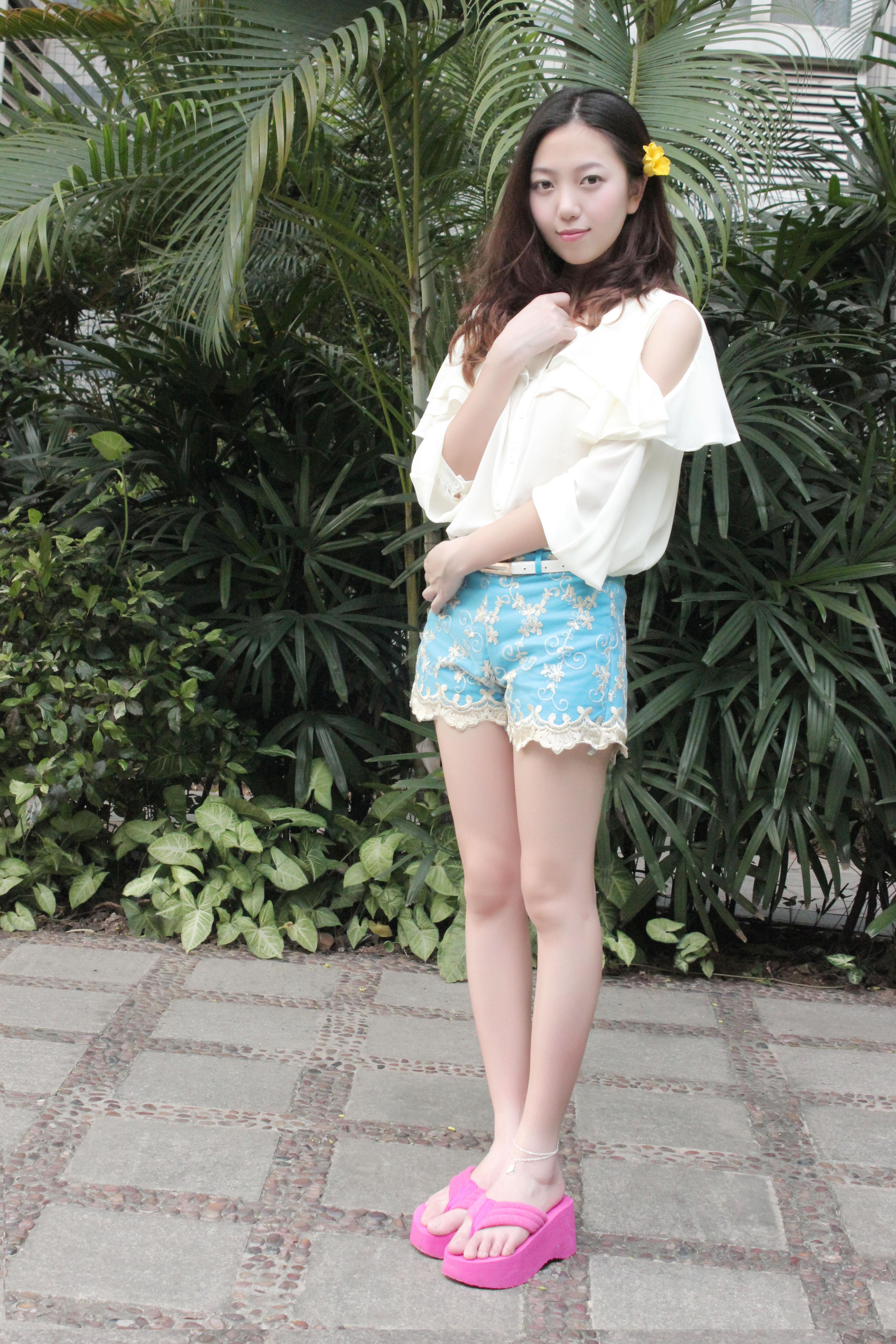 双层式的蕾丝花边短裤很特别