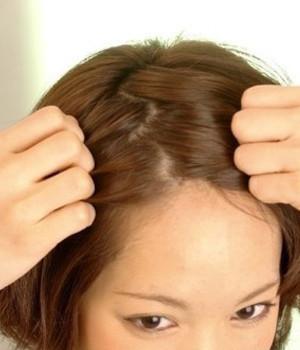 短发造型步骤2——头发分缝而后我们要用手将两边的