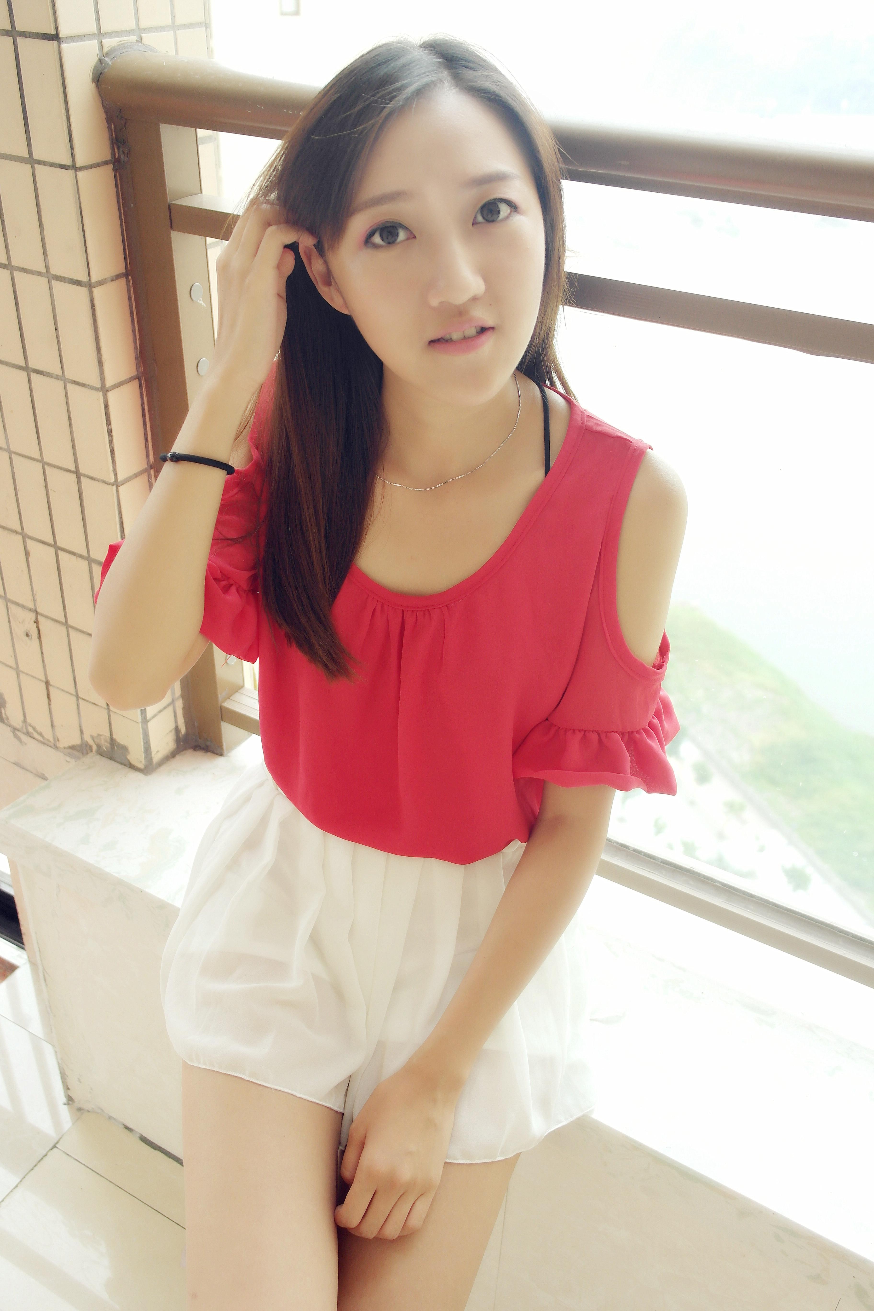 红色露肩搭配白色小短裙