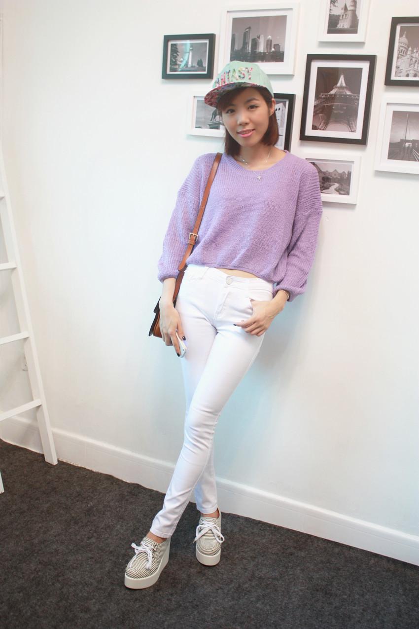 紫色针织衫搭配白色铅笔裤加黑白条纹松糕鞋