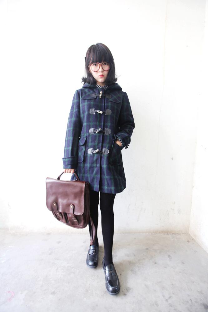 学院格纹大衣搭配简单的格子衬衫和古着背带裙