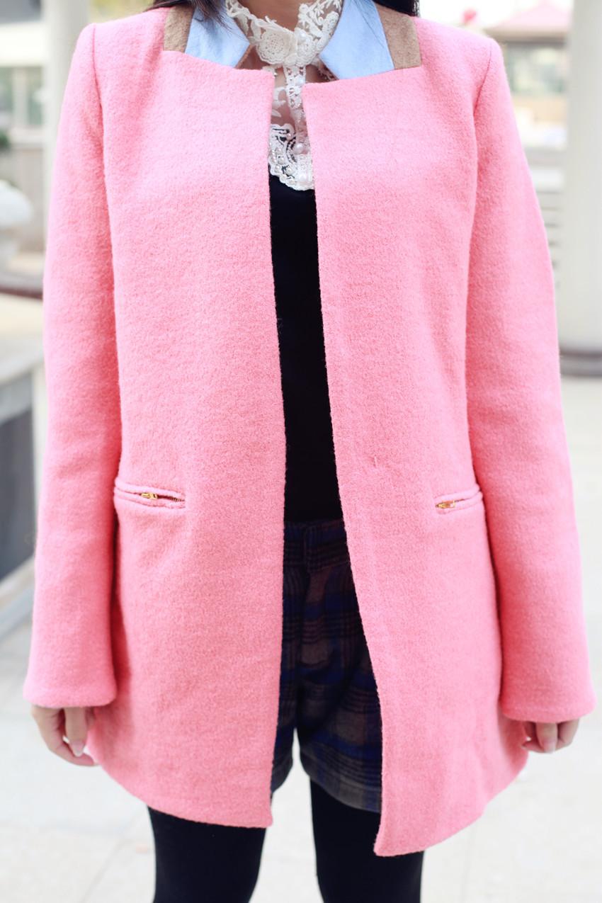冬天的暖色系搭配~橘粉色大衣+棕色包包+黑色短靴