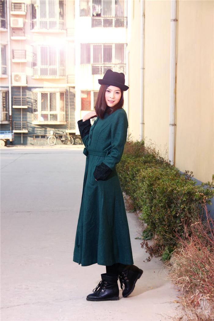 非常喜欢长长的大衣,搭配小礼帽和短靴子