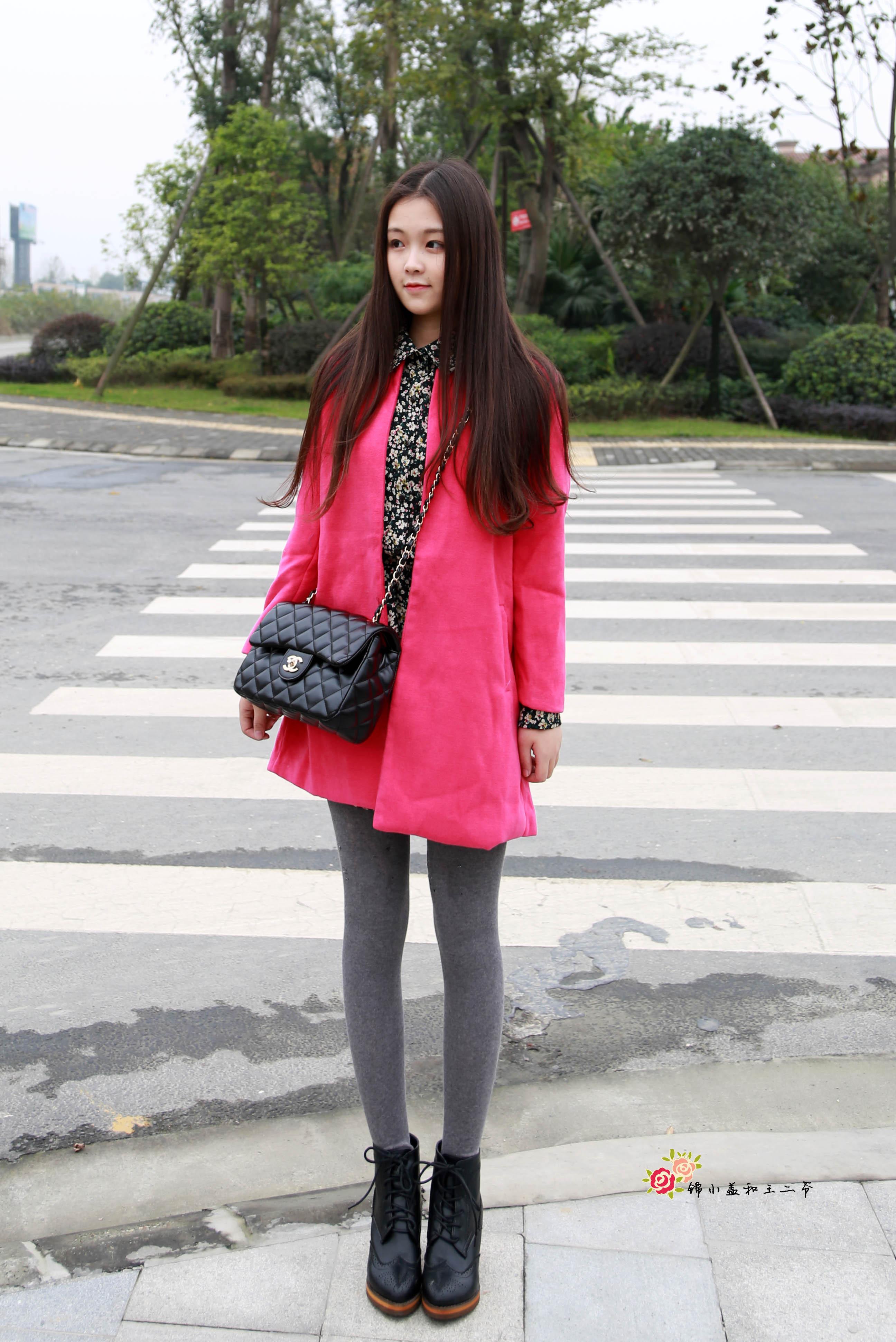 玫红色的外套搭配碎花连衣裙