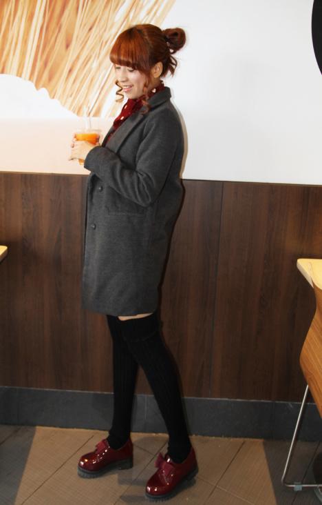 灰色大衣搭配酒红色蝴蝶结复古鞋子和黑色皮质小短裤