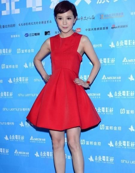 郭采洁红色礼服连衣裙