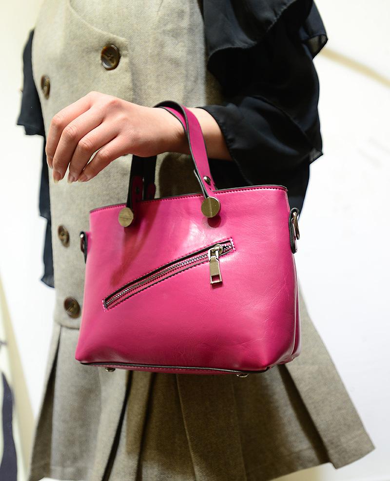 迷你的包包,很可爱哦,斜拉链与螺栓的搭配,看起来像一个坏笑的表情,很