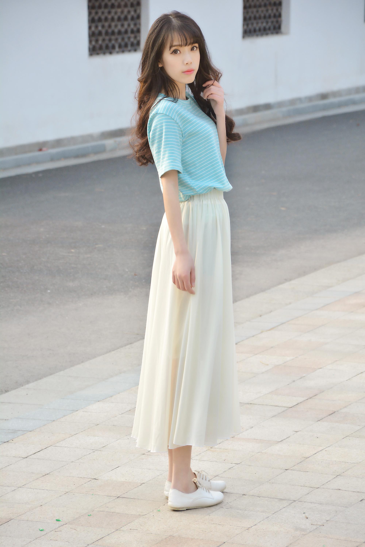 上衣的颜色搭配白色半身裙