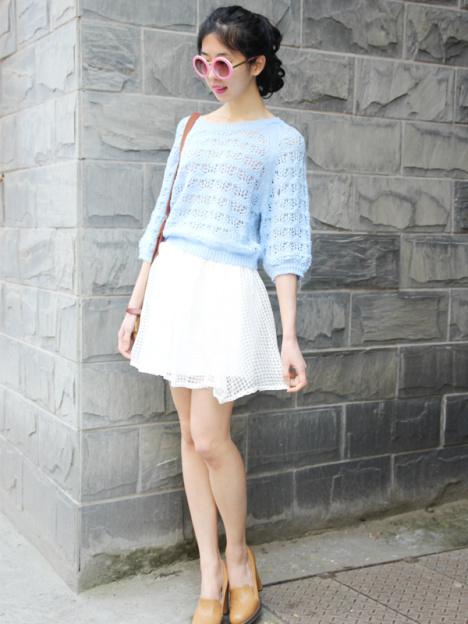 文艺的浅蓝,搭配白色欧根纱半身裙