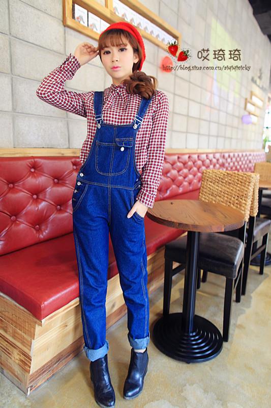 小复古的一身搭配,红色格子衬衣和牛仔背带裤超级搭