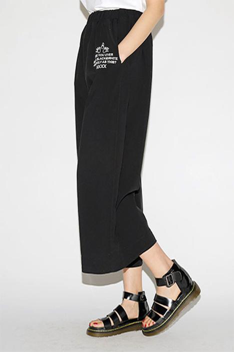 黑色阔腿裤搭配卫衣