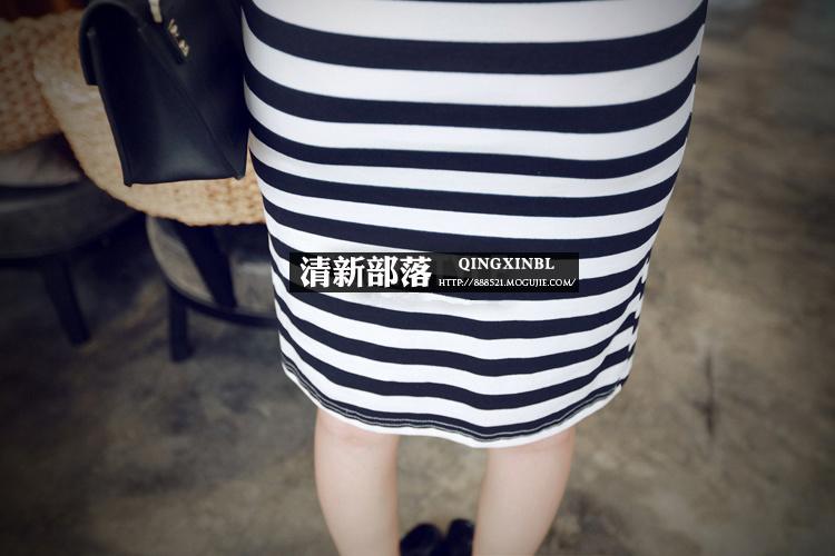 黑白条纹连衣裙配牛仔马甲